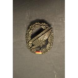 Metal Bundeswehr beret crest, Fallschirmjäger with flag
